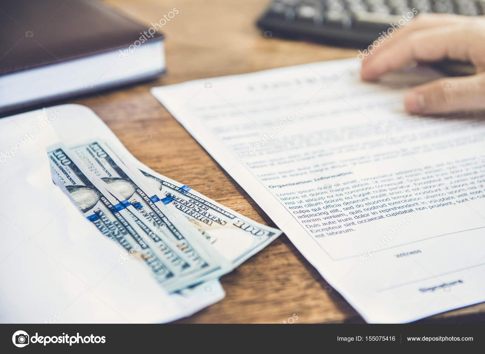Geld (Us-Dollar-Scheine) auf dem Tisch neben Vertrag Papier ...