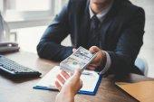 Podnikatel, dávat peníze do svého partnera při vytváření smlouvy