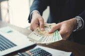 Podnikatel dává peníze, Jižní korejský won bankovky