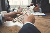 Podnikatel počítat peníze, japonský yen poznámky