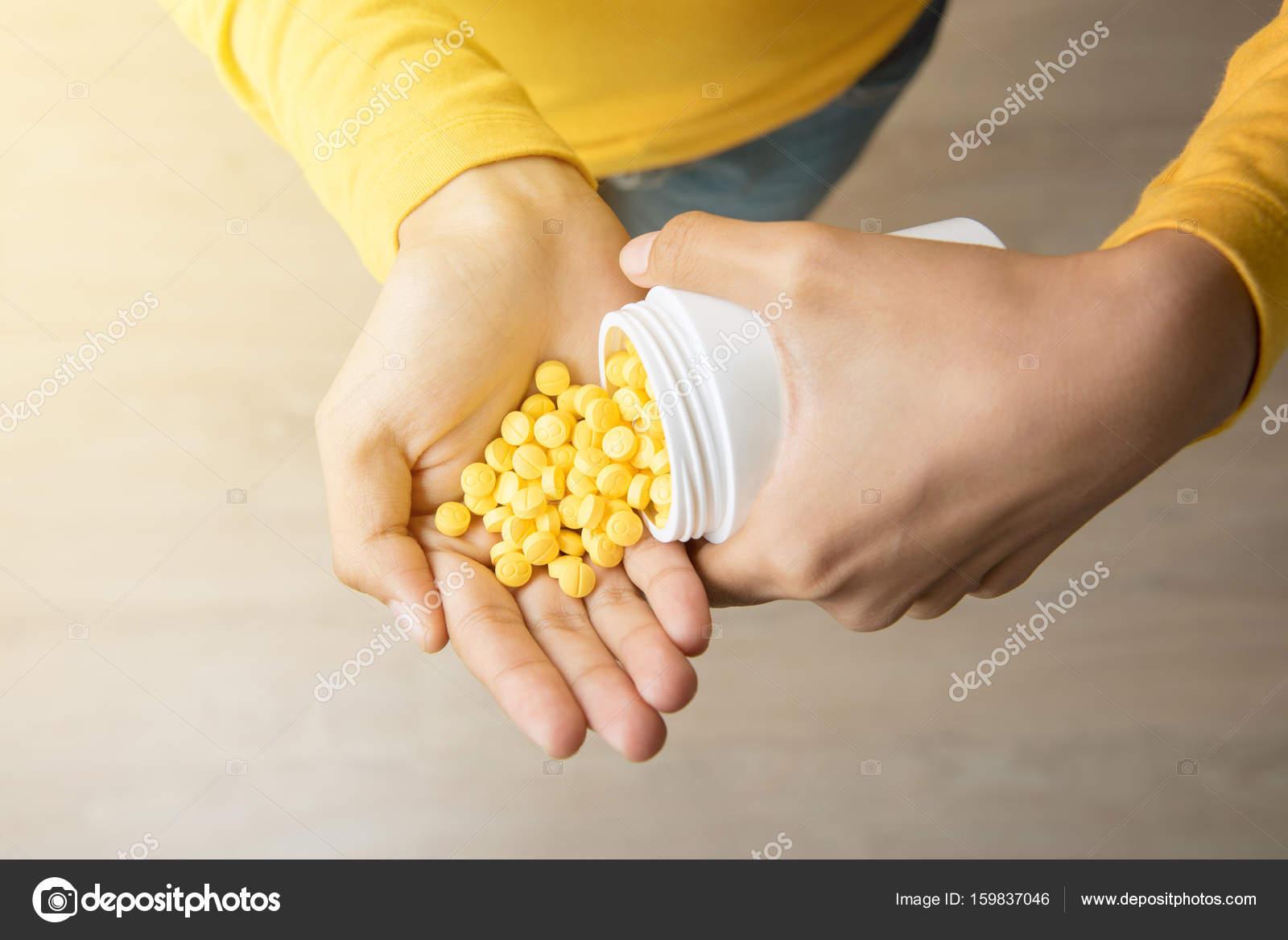 много таблеток в руке фото