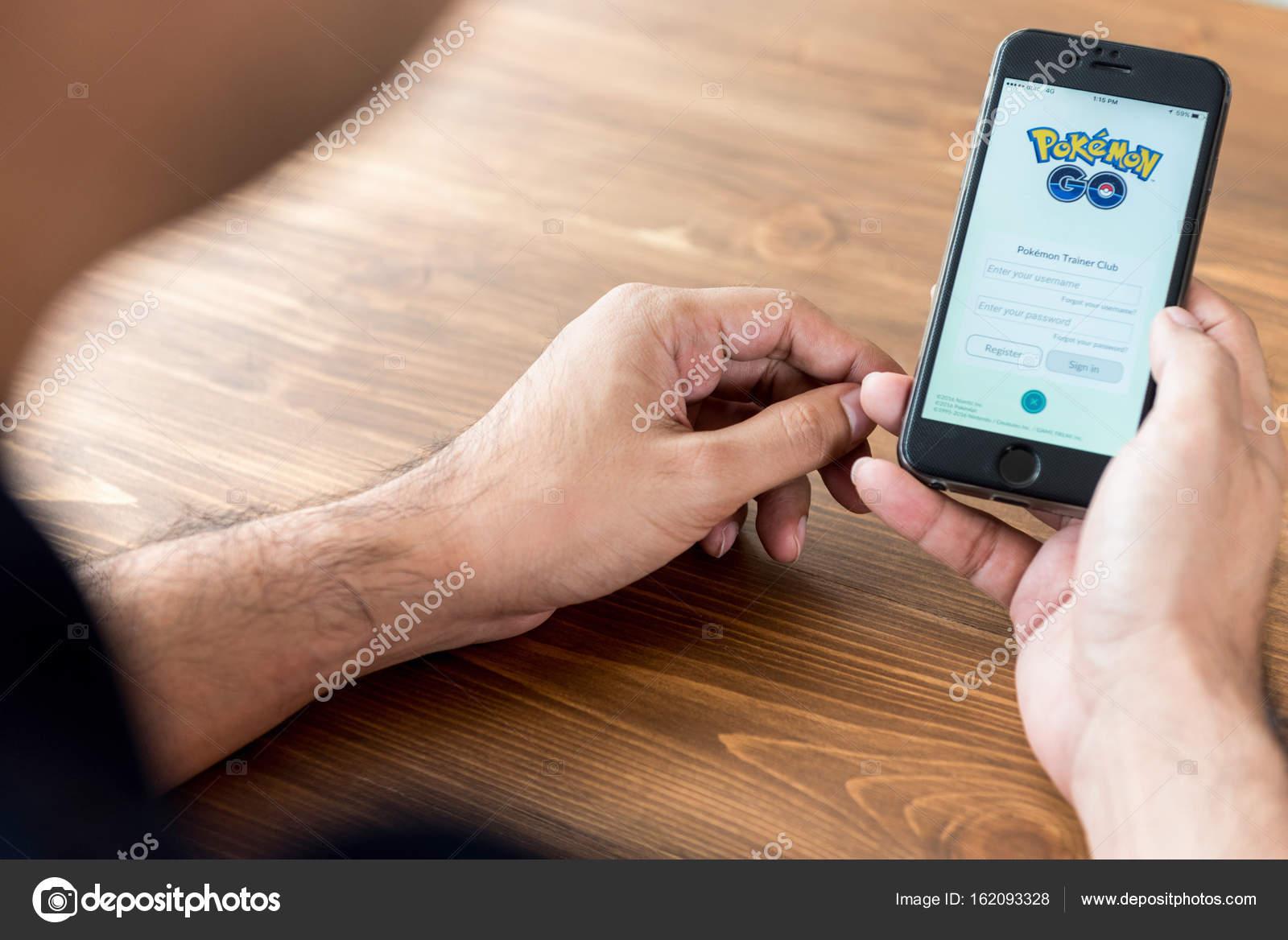Человек, показаны приложение игры pokemon go – стоковое.