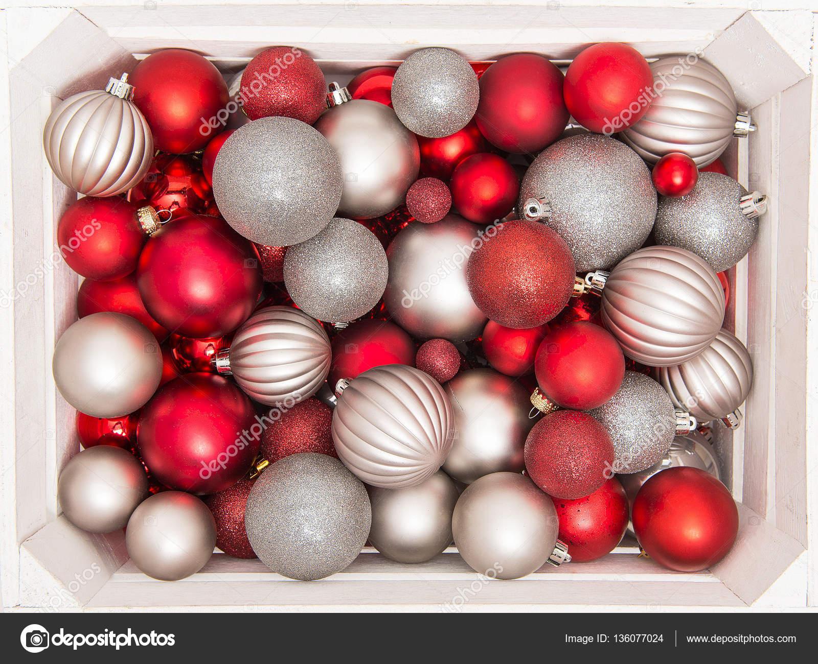 Kerstdecoraties Met Rood : Zilveren en rode kerstdecoratie in een witte houten krat u2014 stockfoto