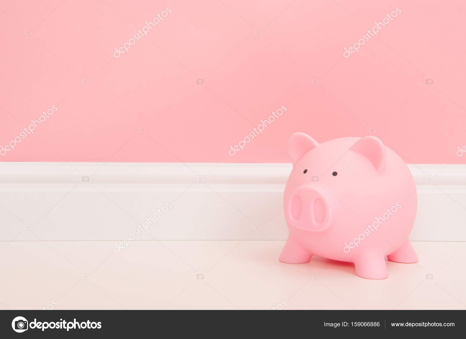 Rosa Sparschwein auf einem Wohnzimmer-Einstellung mit einem Bank ...