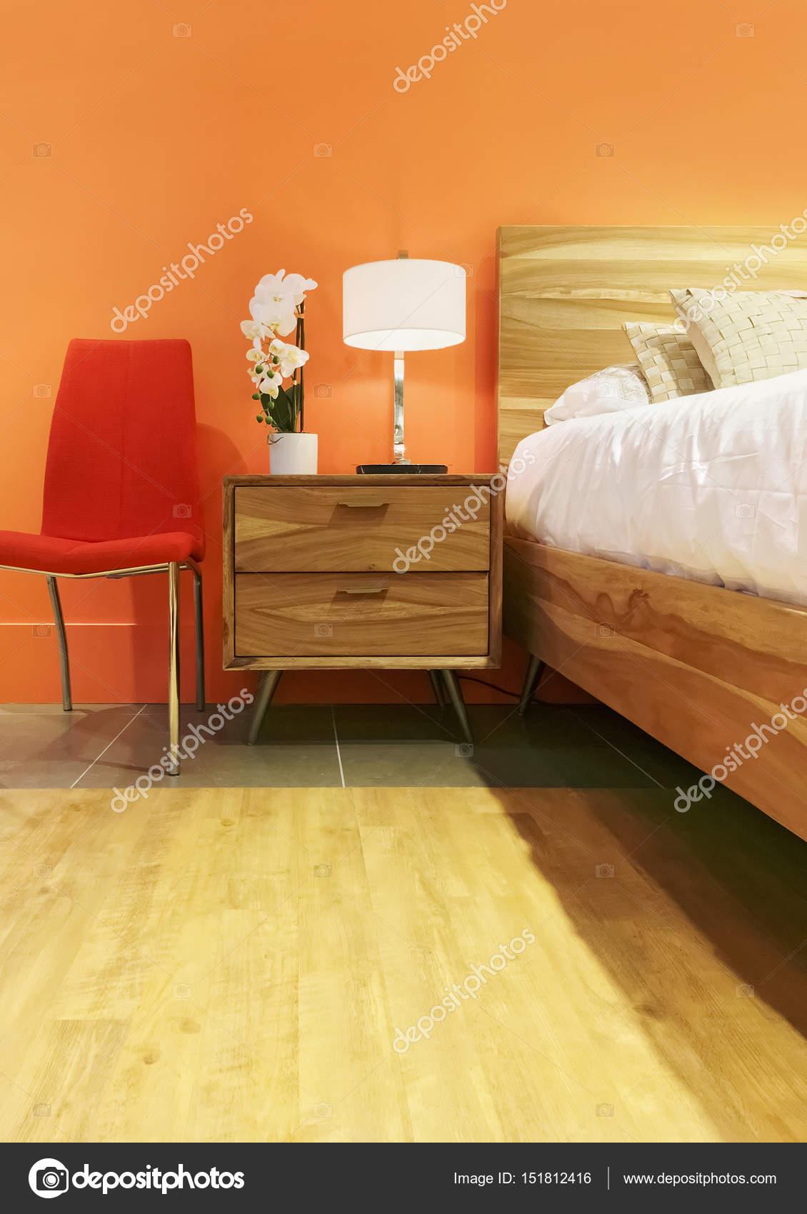 Luminosa camera da letto nei toni arancioni — Foto Stock ...
