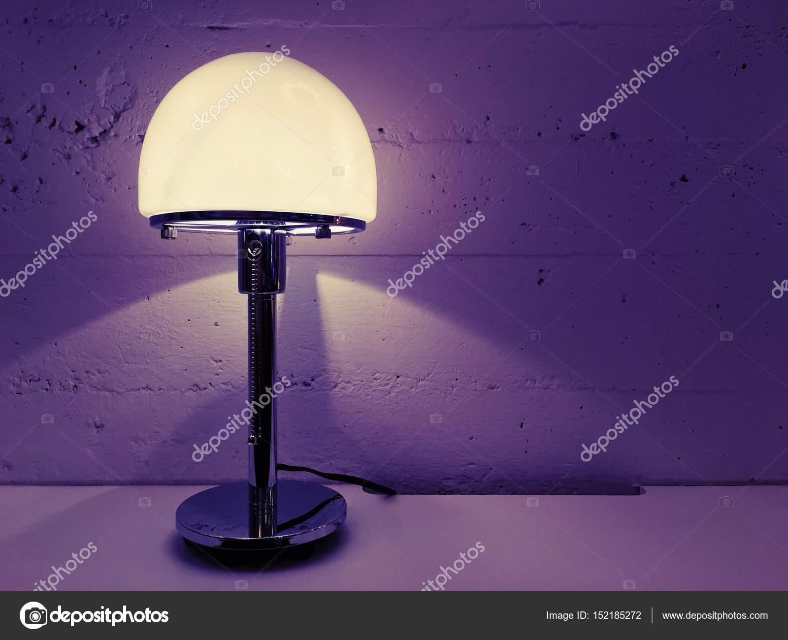 Lampada Scrivania Viola : Lampada da tavolo di design moderno vicino al muro di cemento u2014 foto