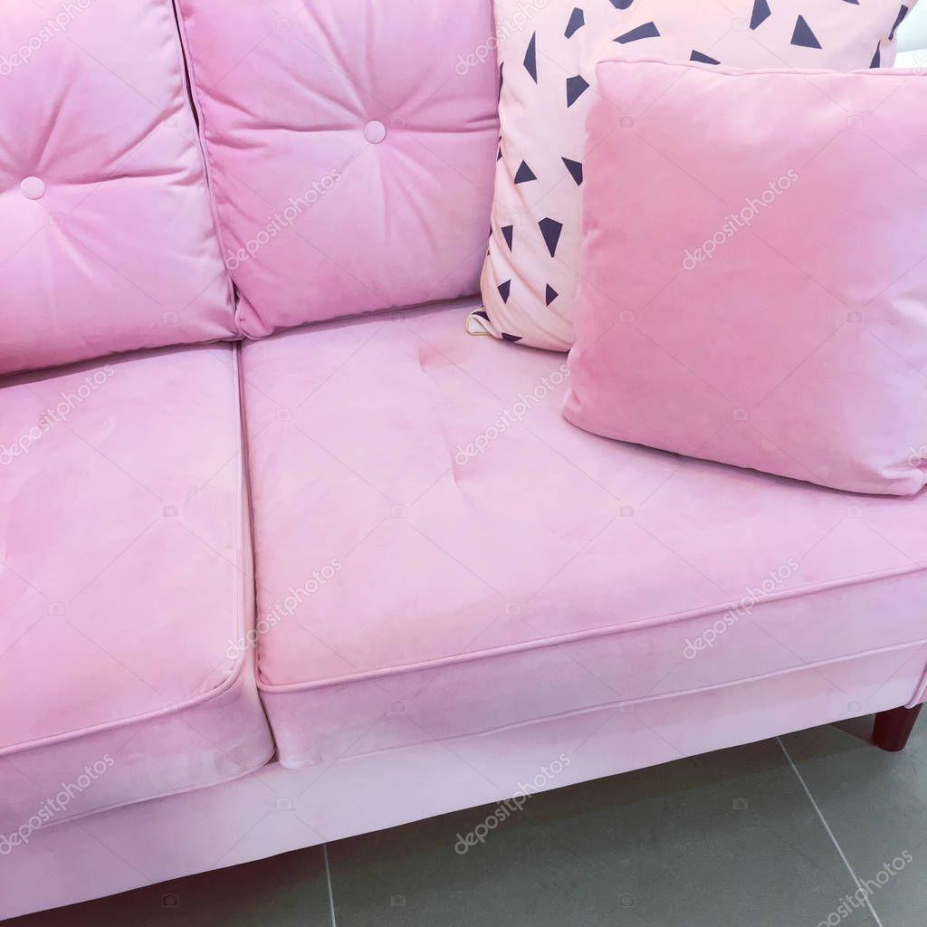 rosa samt sofa mit weichen kissen stockfoto. Black Bedroom Furniture Sets. Home Design Ideas