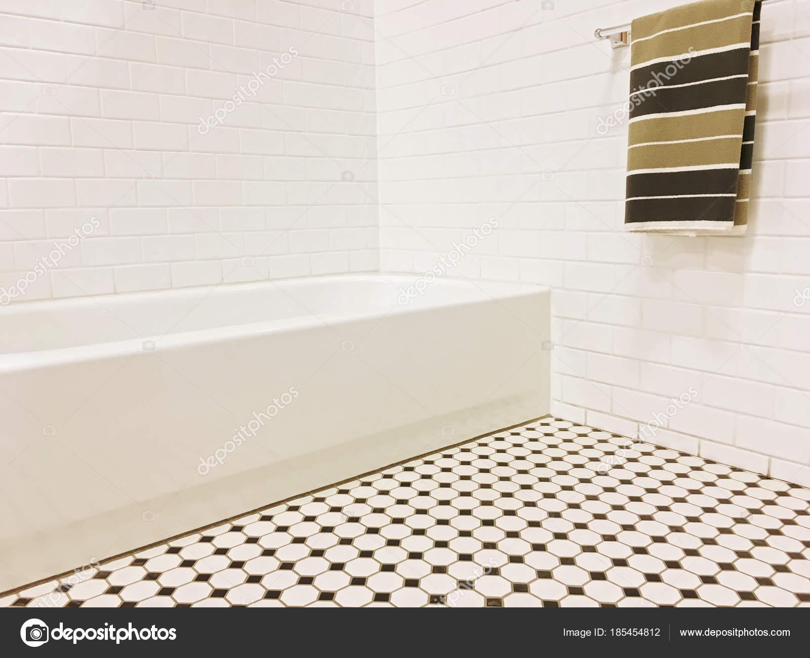 Neues Bad mit schwarzen und weißen Keramik Fliesen-Dekor — Stockfoto ...