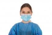Fiatal orvosi nővér visel kék védőruhát izolált háttér