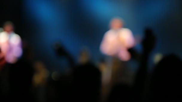 De zaměření siluety koncert davu což stranu na rockovém koncertě. Lidé na rockovém koncertě před světlé fázi světla