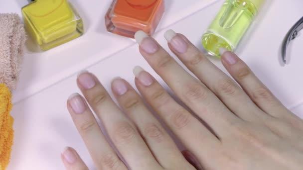 Manikúra. Ženské ruce s krátkými a dlouhými nehty. Přirozené dlouhé nehty, nenatřené. Porovnejte a vyberte si délku nehtů. Čistá, krásná, francouzská manikúra. Home Péče o nehty, SPA, krásky, salon.