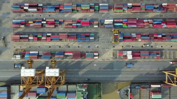 4 k průmyslovým přístav s kontejnery lodí