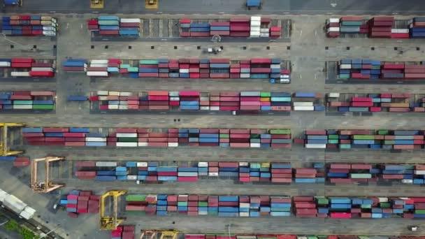 4 k légi felvétel ipari és logisztikai konténerszállító hajó a kikötő