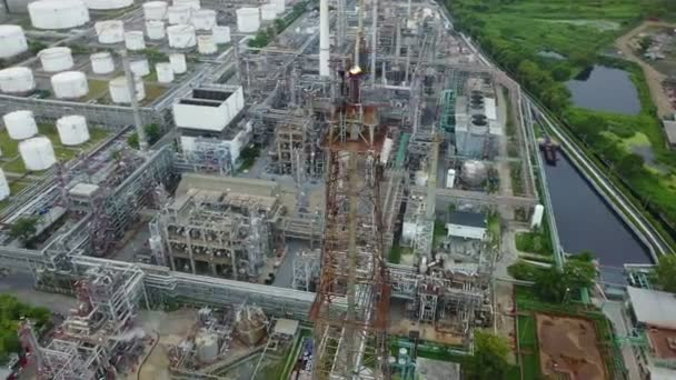 4k Luftaufnahme der Flammen aus einem Stapel in einer Ölraffinerie