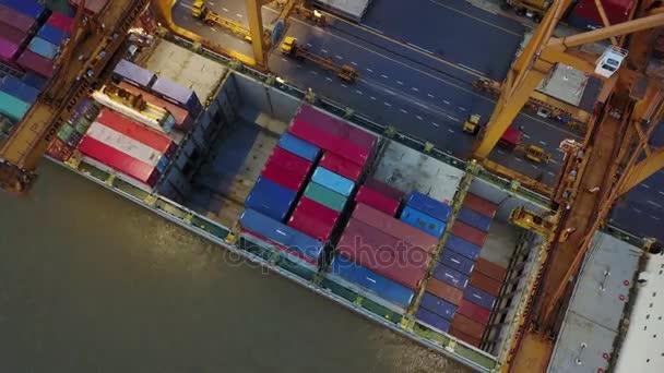 4k Verladen von Frachtcontainern vom Schiff