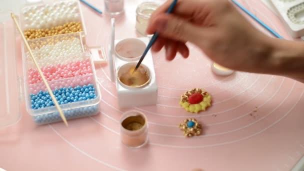 Malba na fondánový květinové dorty