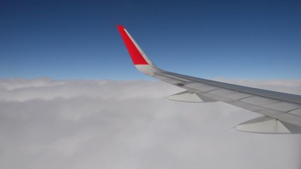 pohled na nádherný mrak a křídlo letadla z okna