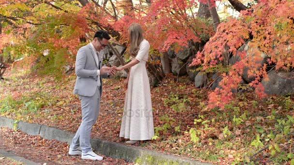 Proposta di matrimonio romantico nella scena di autunno