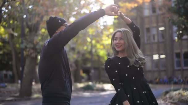 Glückliches Paar tanzt im Herbstpark