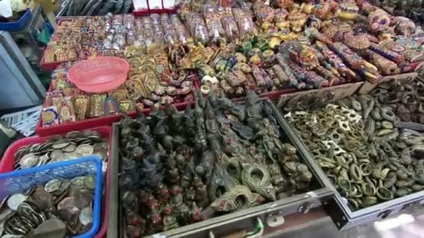 Amuleti thailandesi sul mercato. Amuleti di buddista religiosi per protezione e buona fortuna