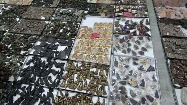 Vista generale del mercato di amuleti a Tha Phra Chan, Bangkok