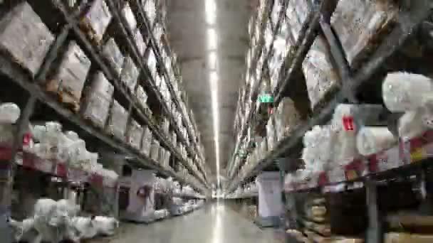 4k időzített paletták kartondobozok és különböző anyagok tároló raktárban között mozgó