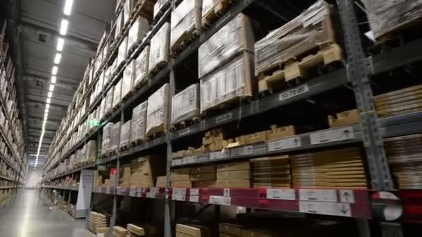 Paletták, a megrendelt áruk és anyagok raktárban között mozgó