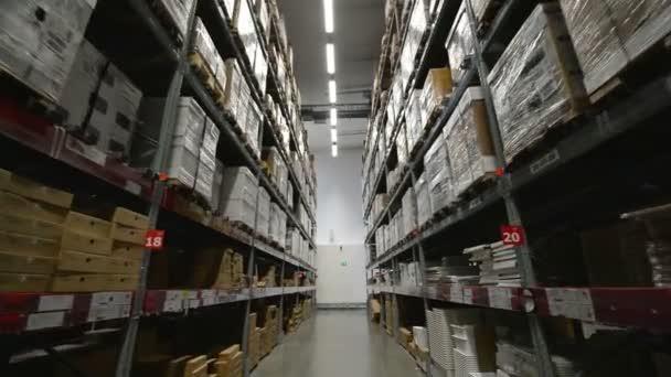 Paletták, kartondobozok és különböző anyagok tároló raktárban között mozgó