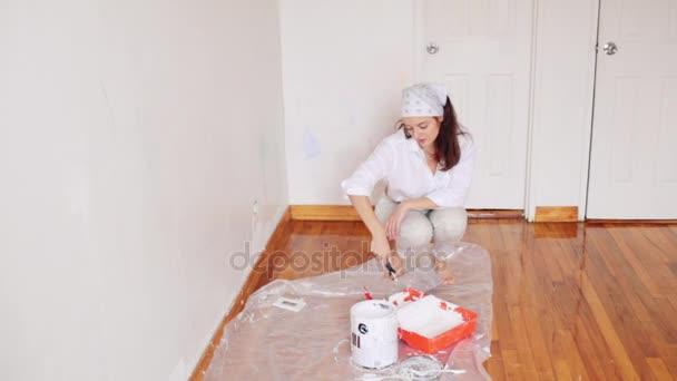 Bella ragazza fa riparazioni dunks rullo sulla vernice