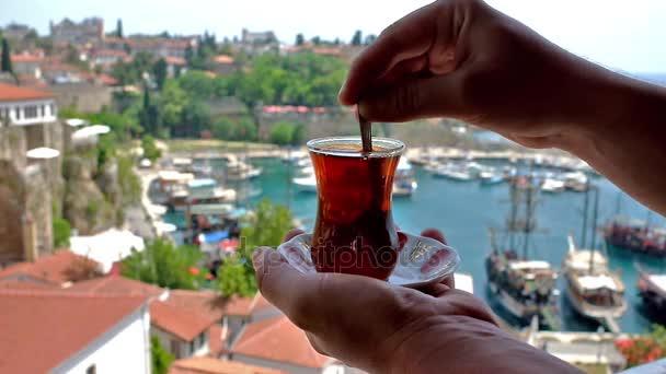 Türkischer Tee trinken