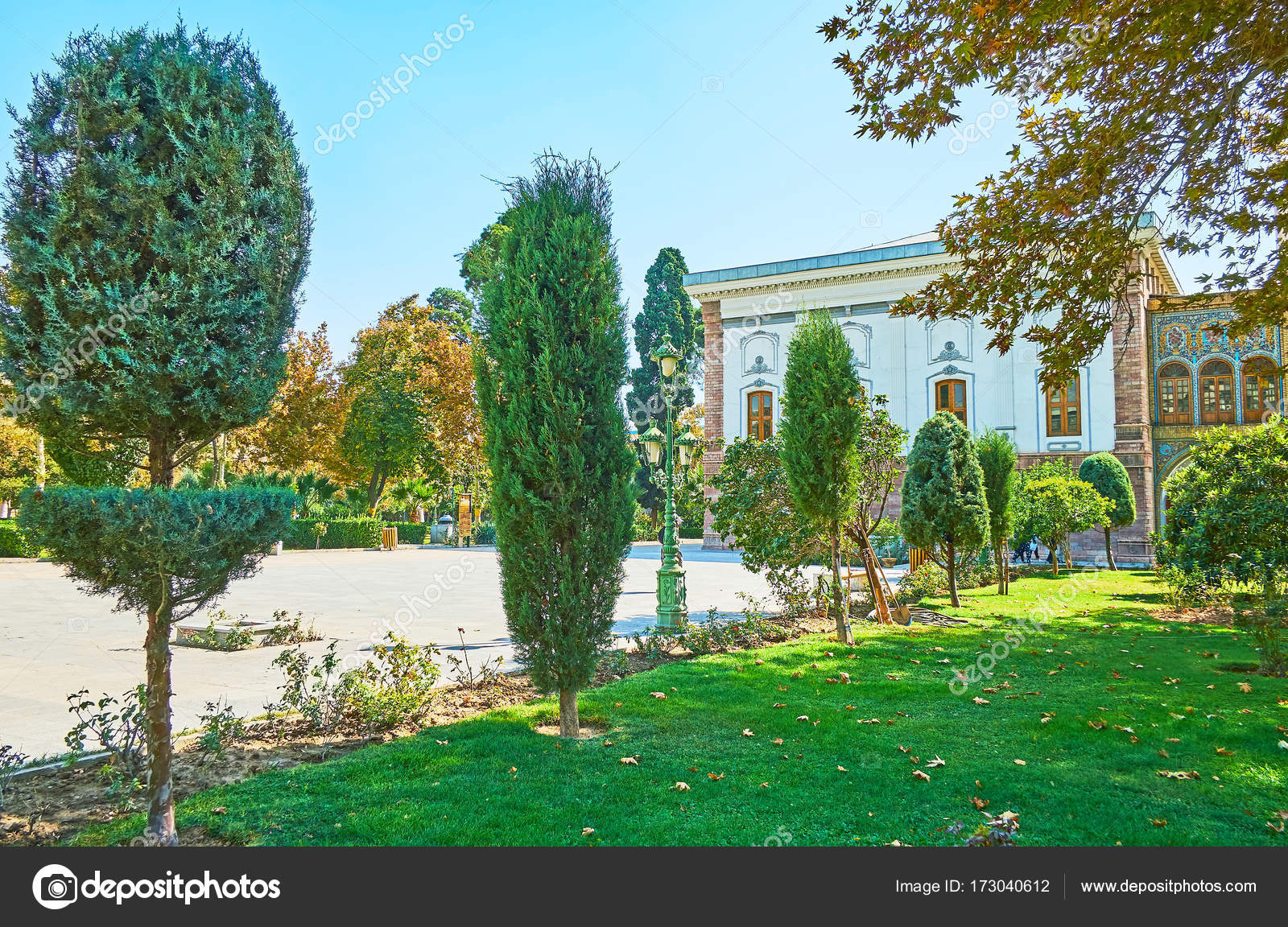 De bijgesneden bomen in golestan tuin teheran u stockfoto