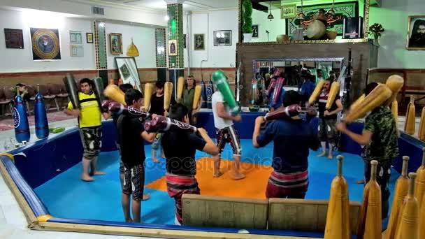 Kerman, Írán – 15. října 2017: Tradiční trénink sportovců s indickou kluby v Zurkhaneh - tělocvična s hudebníkem (bubeník), cílovou skupinu a pit (gaud) ve středu, 15. října v Kerman