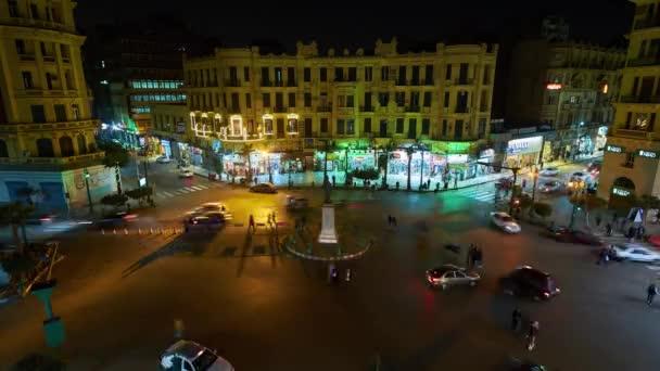 Káhira, Egypt - 23 prosince 2017: Noční pohled hlučné Talaat Harb náměstí v Evropské obchodní čtvrti s rychlou dopravní a jasně osvětlená sídel, na 23 prosinci v Káhiře