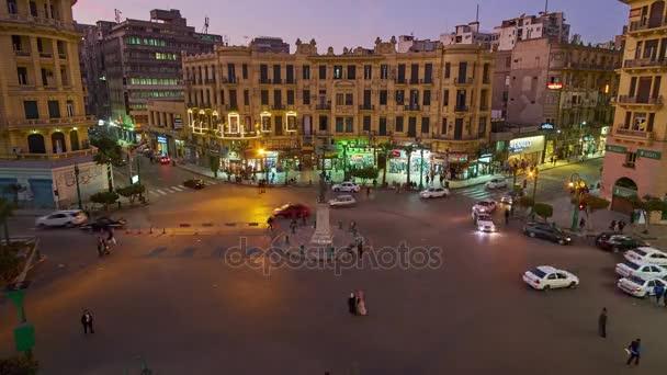 Káhira, Egypt - 23 prosince 2017: Soumraku oblohy nad zaneprázdněn Talaat Harb náměstí, Evropské obchodní čtvrti s hustým provozem a koloniální stavby, na 23 prosinci v Káhiře