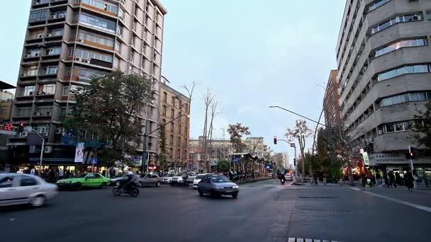 Teherán, Írán – 24. října 2017: Provoz v Vali Asr Avenue, nejdelší ulice na Středním východě a hlavní nákupní oblasti města, ve dnech 24 v Teheránu