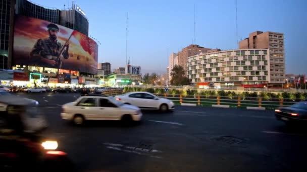 Teherán, Írán – 24. října 2017: Večer v rušné Vali Asr náměstí s hustým provozem a nákupní centra, vidět na pozadí, na 24.října v Teheránu