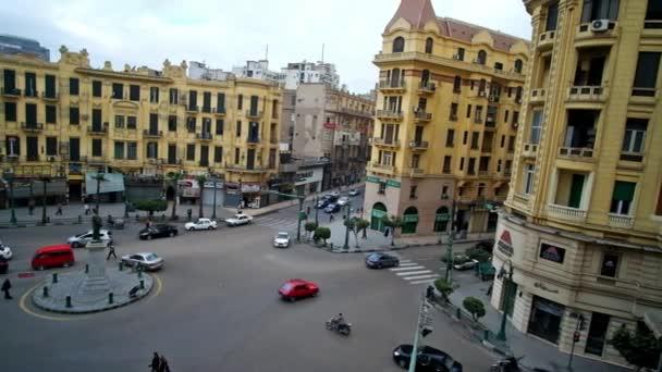 Káhira, Egypt - 24 prosince 2017: Panorama Tallat Harb náměstí s budovami v žluté gama, památník v střední a rychlé trafic, Prosinec 24 v Káhiře