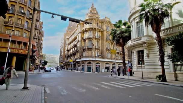 Káhira, Egypt - 24 prosince 2017: Tallat Harb ulice je centrální poloha v centru města s krásným koloniálním stylu domy, butiky, luxusní restaurace a nákupní centra, na prosinec 24 v Káhiře