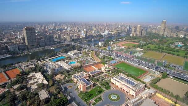 Káhirská věž s výhledem na obou březích řeky Nil - město v Gíze a v Káhiře s ostrově Gezíra uprostřed, Egypt