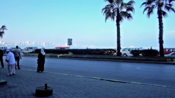 Alexandria, Egypt - 18 prosince 2017: Stanice mini autobusy v Corniche avenue, jsou často mnoho lidí a tvrdými provozu zde, na 18. prosince v Alexandrii
