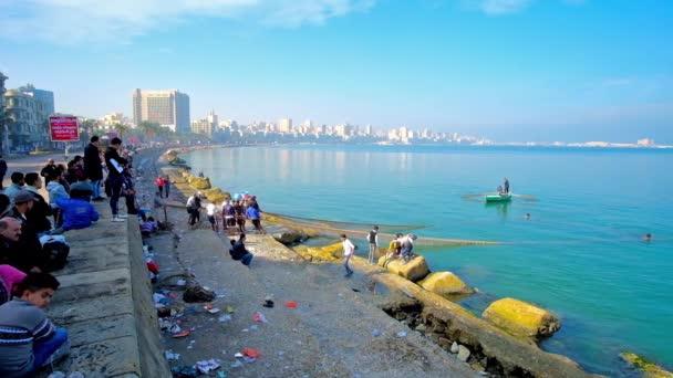 Alexandria, Egypt - 17 prosince 2017: Rybáři posádka shromáždil dav diváků v promenády Corniche v centru města na 17 prosinci v Alexandrii