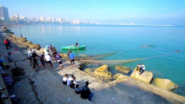 Alexandria, Egypt - 17 prosince 2017: Rybáři posádku při práci v centru města s výhledem na budovách na bulváru Corniche, táhnoucí se podél moře, 17 prosince v Alexandrii
