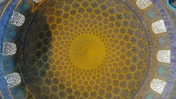 Isfahan, Iran - 2017. október 21.: Forgatható kupolája Sheikh Lotfolláh sejk mecset, díszített cserepes arabesque minták, kalligrafikus övek és íves ablakok, október 21-én Iszfahánban.