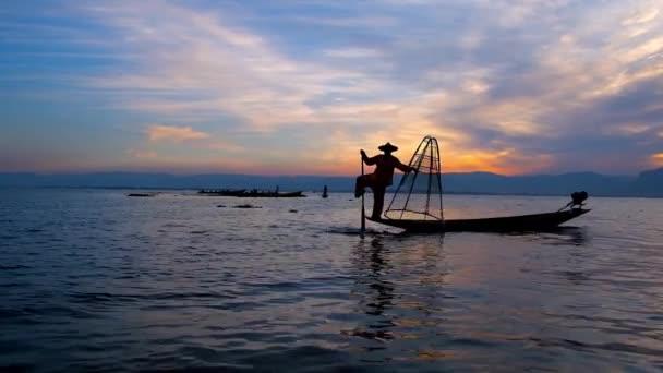 Lun Jambe Canot Est La Carte De Visite Des Pcheurs Sur Le Lac Inle Ils Souvent Amusent Les Touristes Qui Ont Fait Voyage Pour Profiter Magie