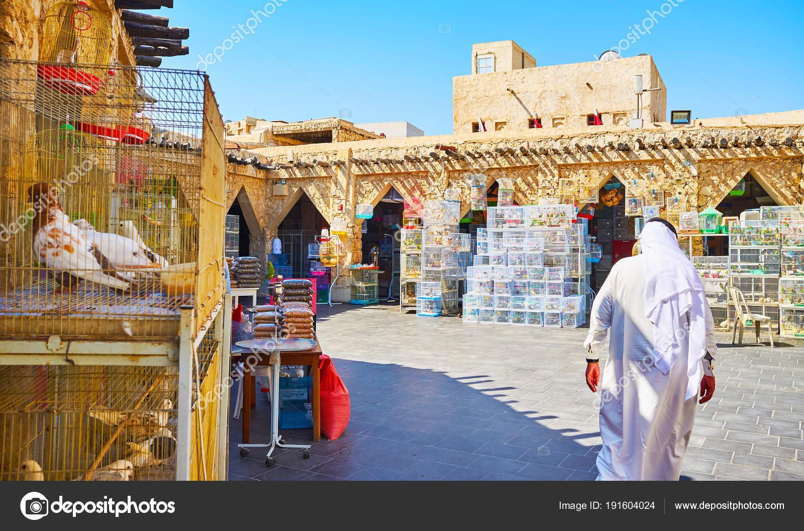 Choose the pet birds, Souq Waqif, Doha, Qatar — Stock Photo