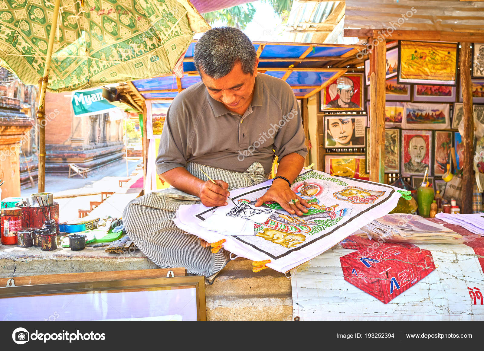 The old painter in Bagan – Stock Editorial Photo © efesenko