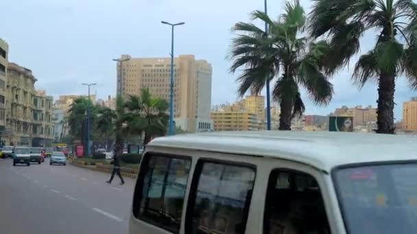 Alexandria, Egypt - 19. prosince 2017: Rychlá doprava podél 26 července Road (Korníš) - centrální město, ulici, táhnoucí se podél pobřeží a slavný jako pěší zóna, 19. prosince v Alexandrii