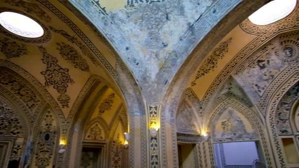 Kashan, Írán – 22. října 2017: Interiér středověkého Amir sultán Ahmad lázních s jemné omítky květinové vzory na stěnách a kupoli, 22.října v Kashan