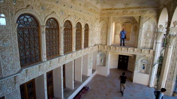 Kashan, Írán – 22. října 2017: Letní terasa Tabatabaei historického domu s bohatými omítek, zrcadlo dekory, vitráže a jemné květinové vzory, na 22.října v Kashan