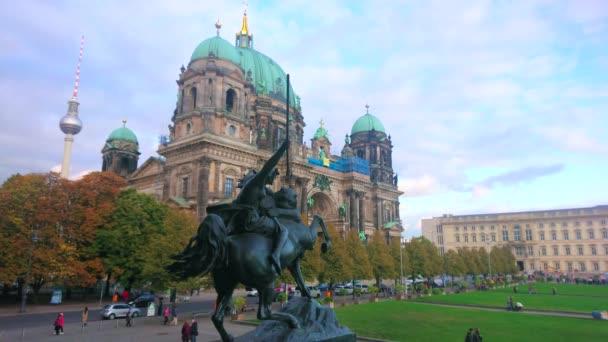 berlin, deutschland - 3.10.2019: die Bronzeskulptur des Amazonen, der gegen die Löwin kämpft mit Blick auf den Dom im Hintergrund, am 3.10.2019 in berlin